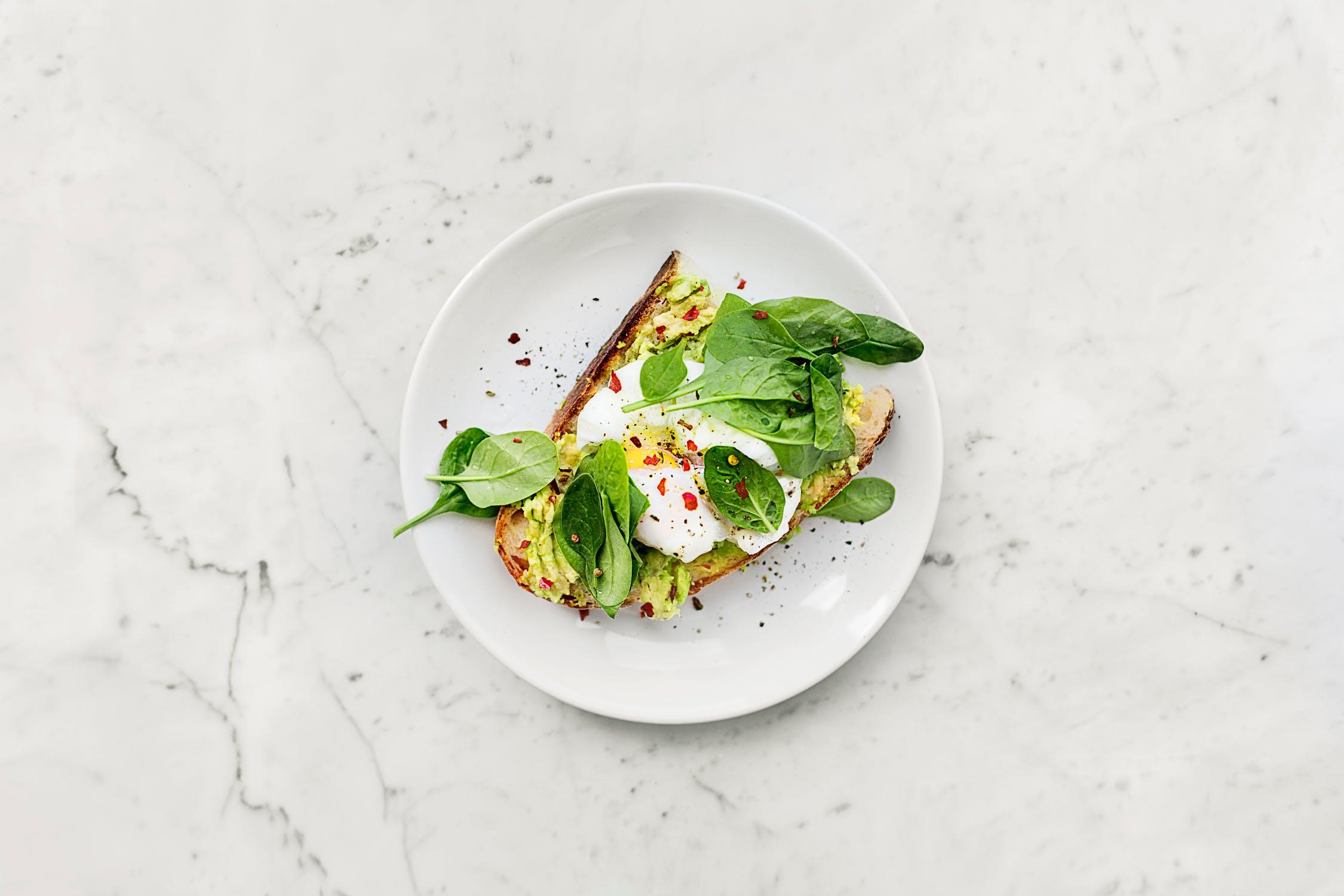 Kết hợp trứng và bơ bổ sung dinh dưỡng cho cơ thể.