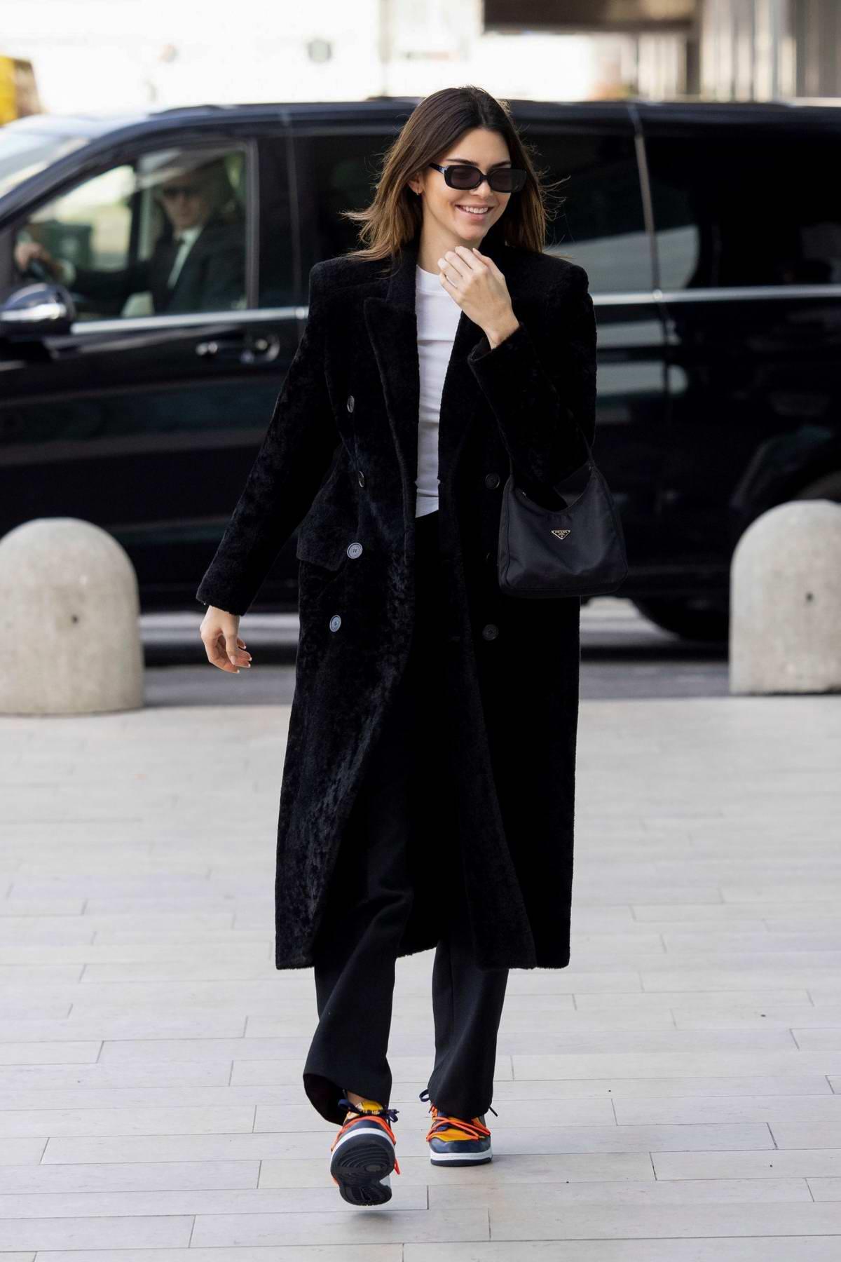kendall jenner tuần lễ thời trang milan thu đông 2020 túi prada