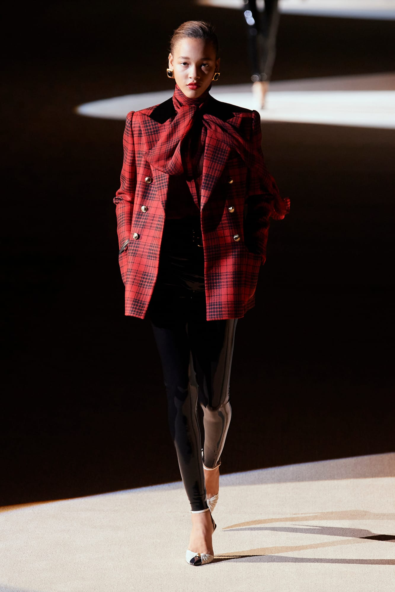 bst saint laurent thu đông 2020 look 1