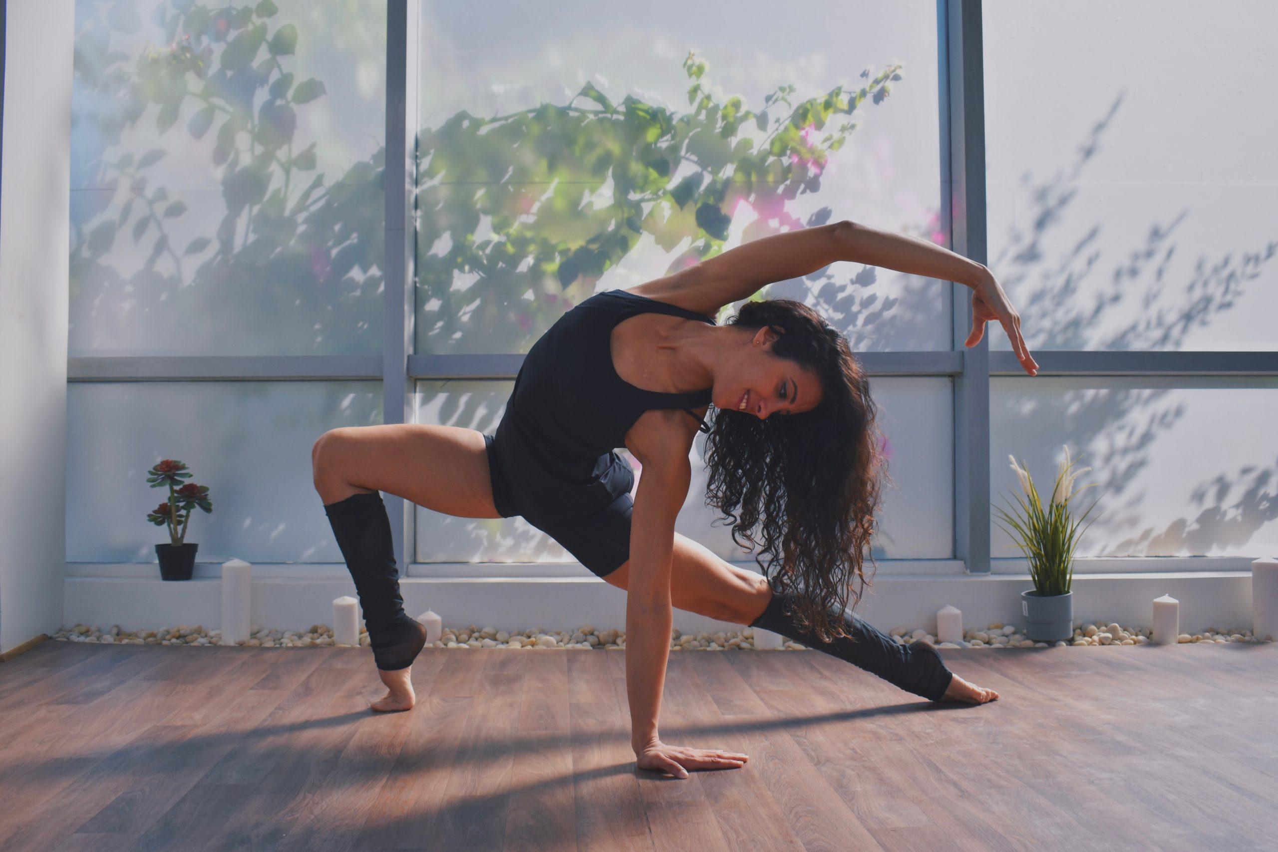 Bài tập yoga-Cô gái chống tay xuống đất.