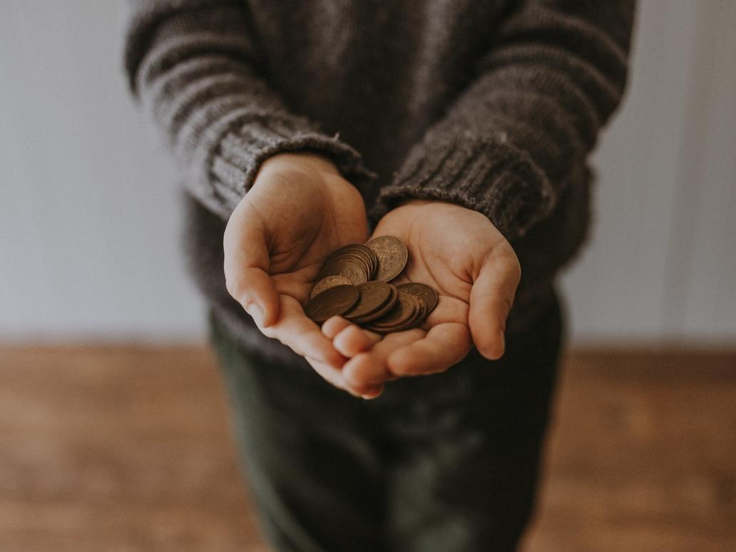 hai bàn tay cầm đồng xu tiết kiệm
