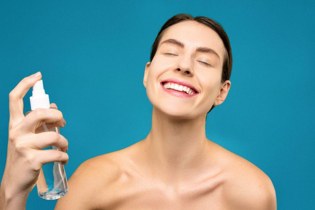 Tìm hiểu thật kỹ cách sử dụng nước hoa hồng sẽ giúp bạn tận dụng được hết lợi ích của nó. Ảnh: Pexels.