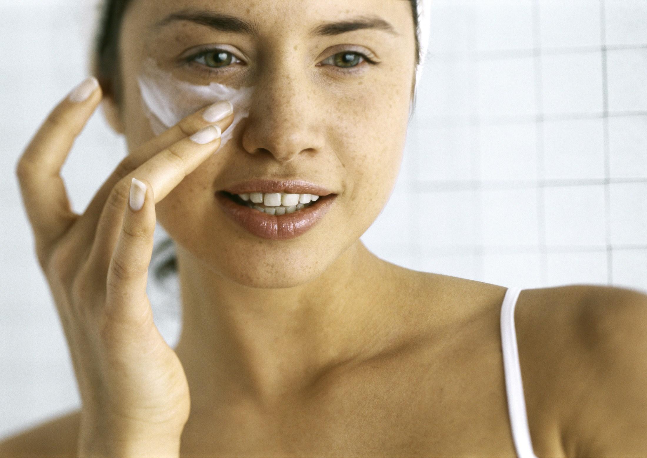 Cách dùng retinol-Cô gái bôi kem mắt.