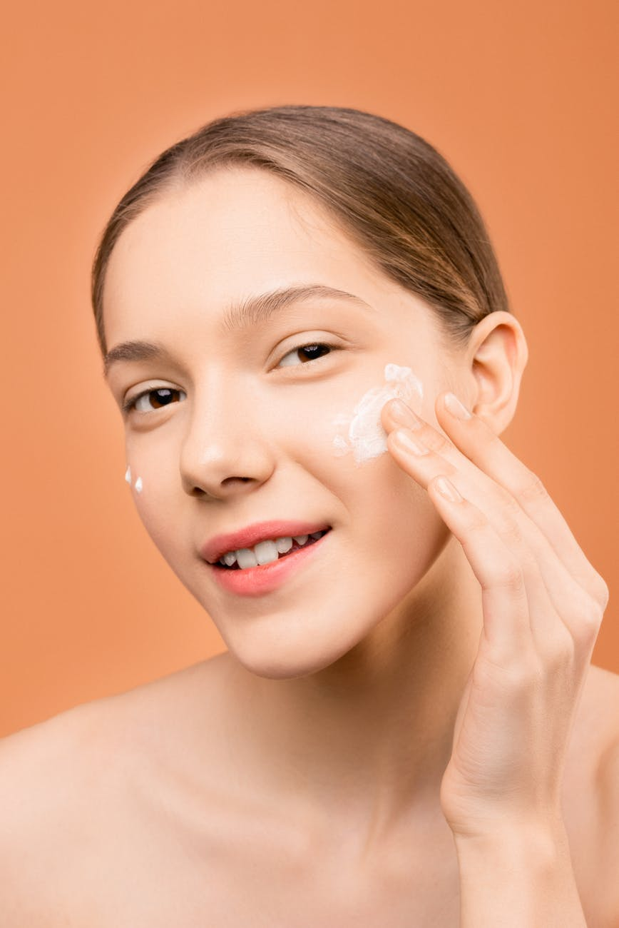Cách dùng retinol-Cô gái bôi kem.