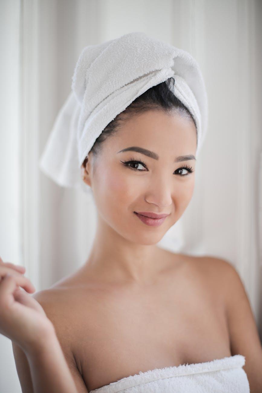 Cách dùng retinol-Cô gái quấn khăn tắm.
