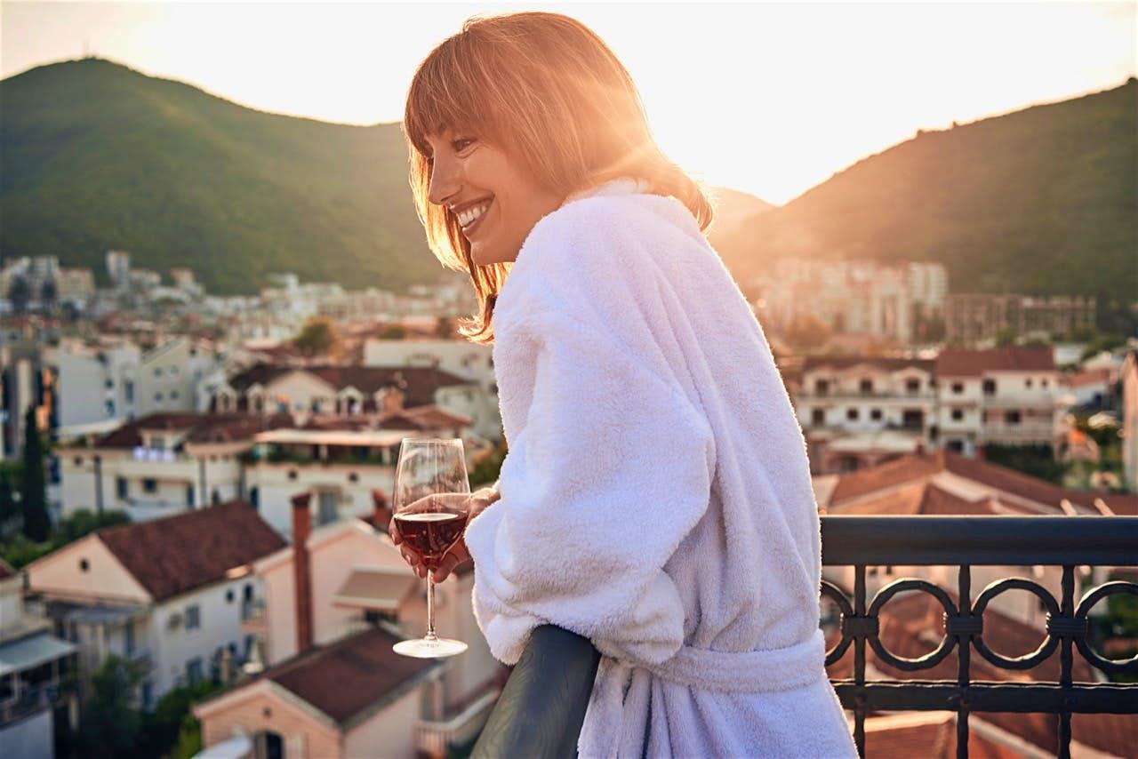 Phụ nữ Pháp-Cô gái cầm ly rượu.