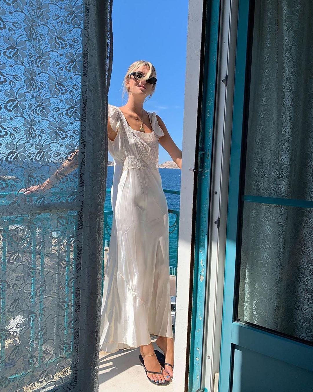 Phụ nữ Pháp-Cô gái mặc đầm trắng.