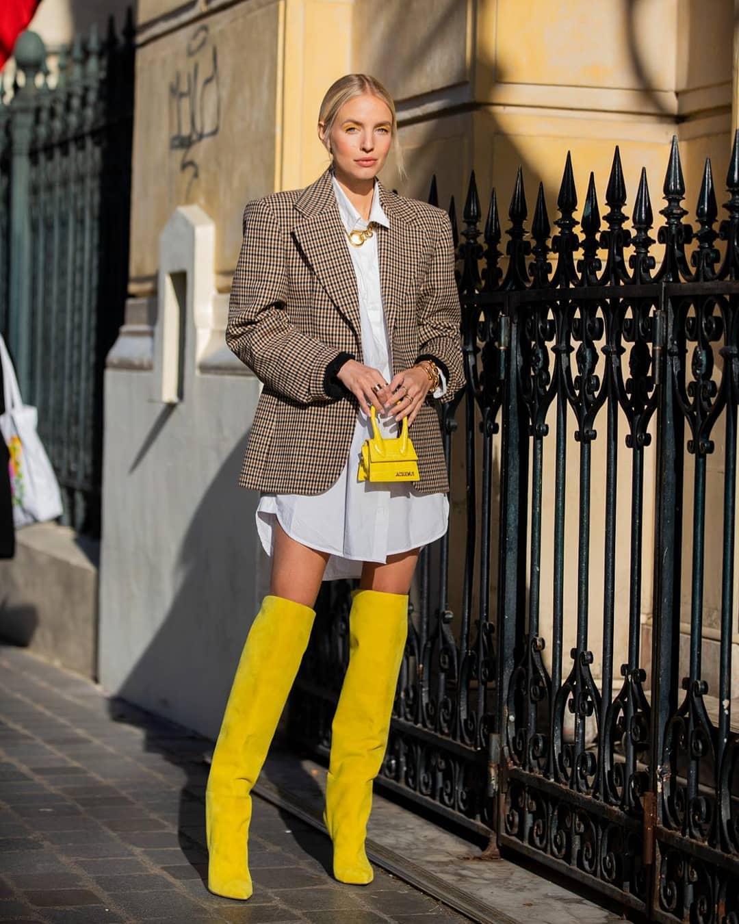Mặc đẹp cùng cách ohối đồ kiểu giấu quần với vest phom rộng và sơ mi trắng