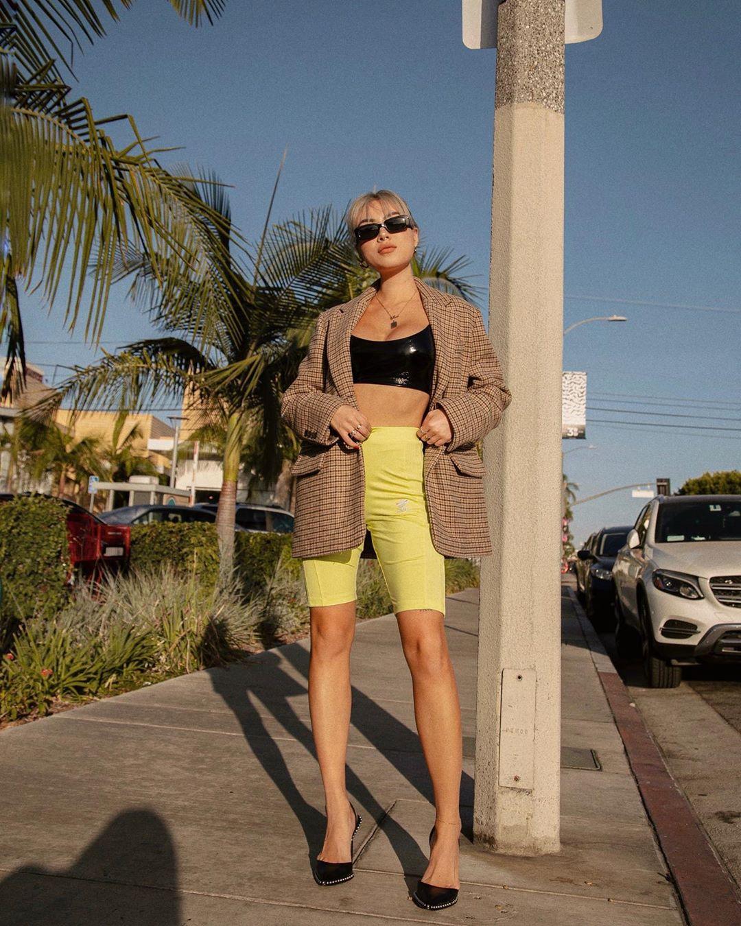 Mặc đẹp áo blazer với cách phối vest phom rộng theo phong cách sporty chic