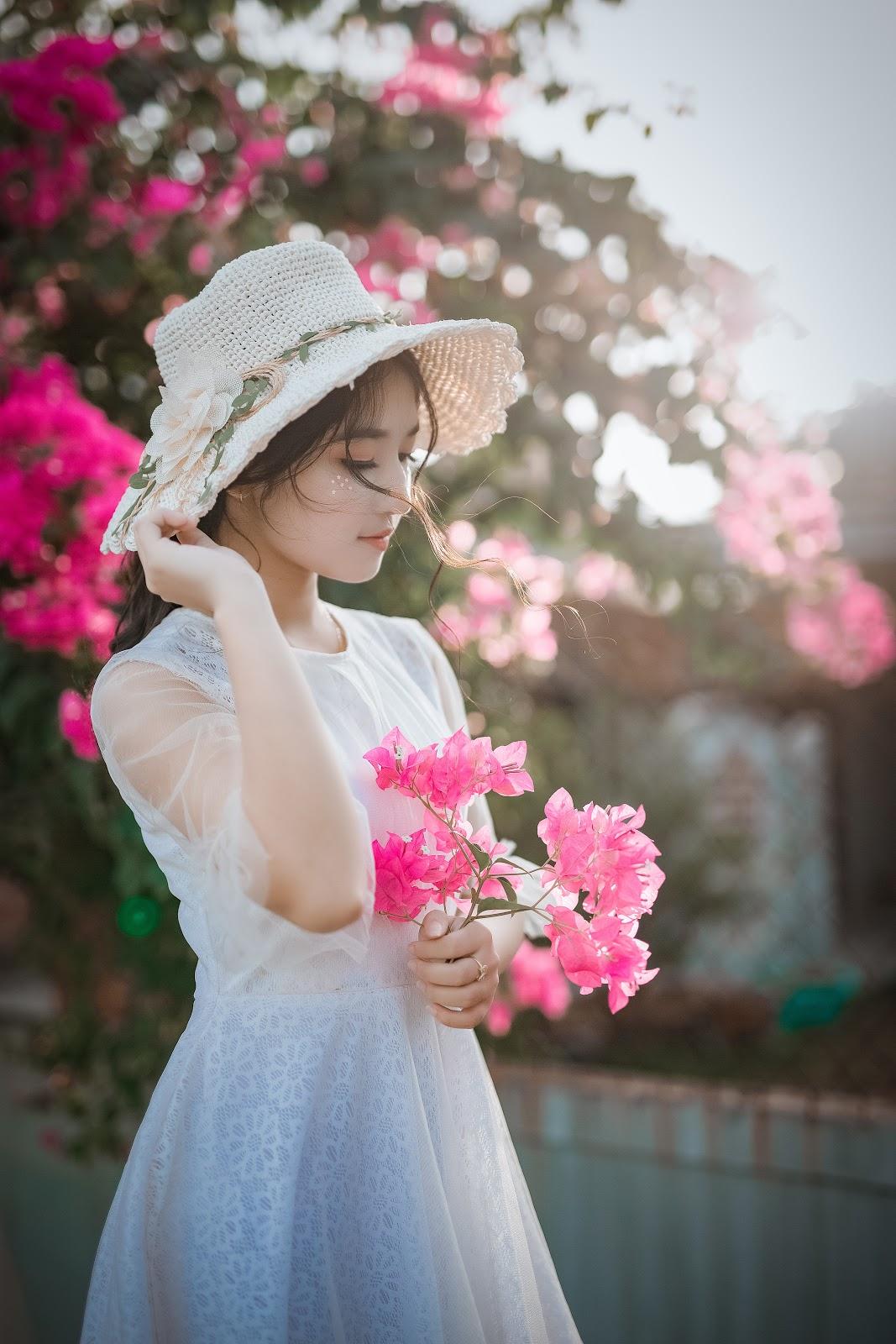 Bio-oil-Cô gái cầm hoa.