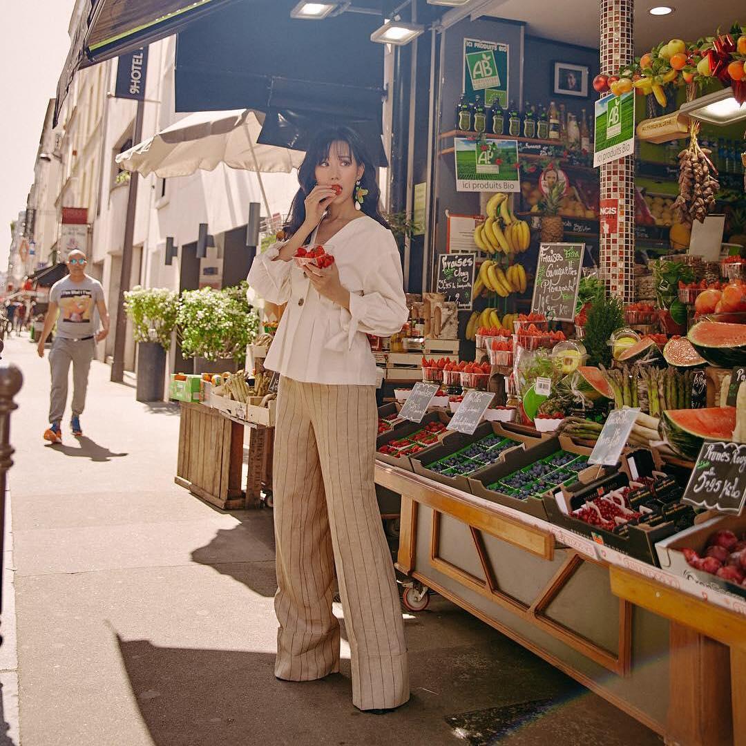 Street style mùa hè của Min với quần kẻ sọc và sơ mi tay phồng