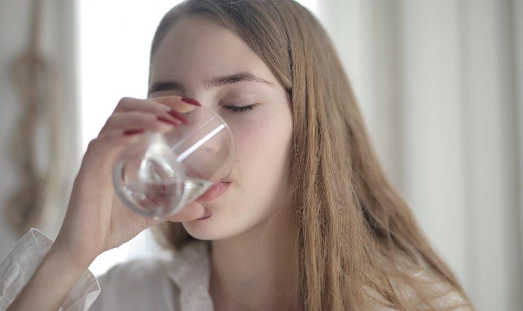Thâm môi-Cô gái uống nước.