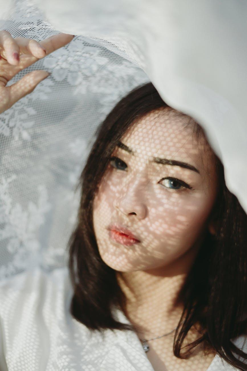 Cạo lông mặt-Cô gái che khăn voan.