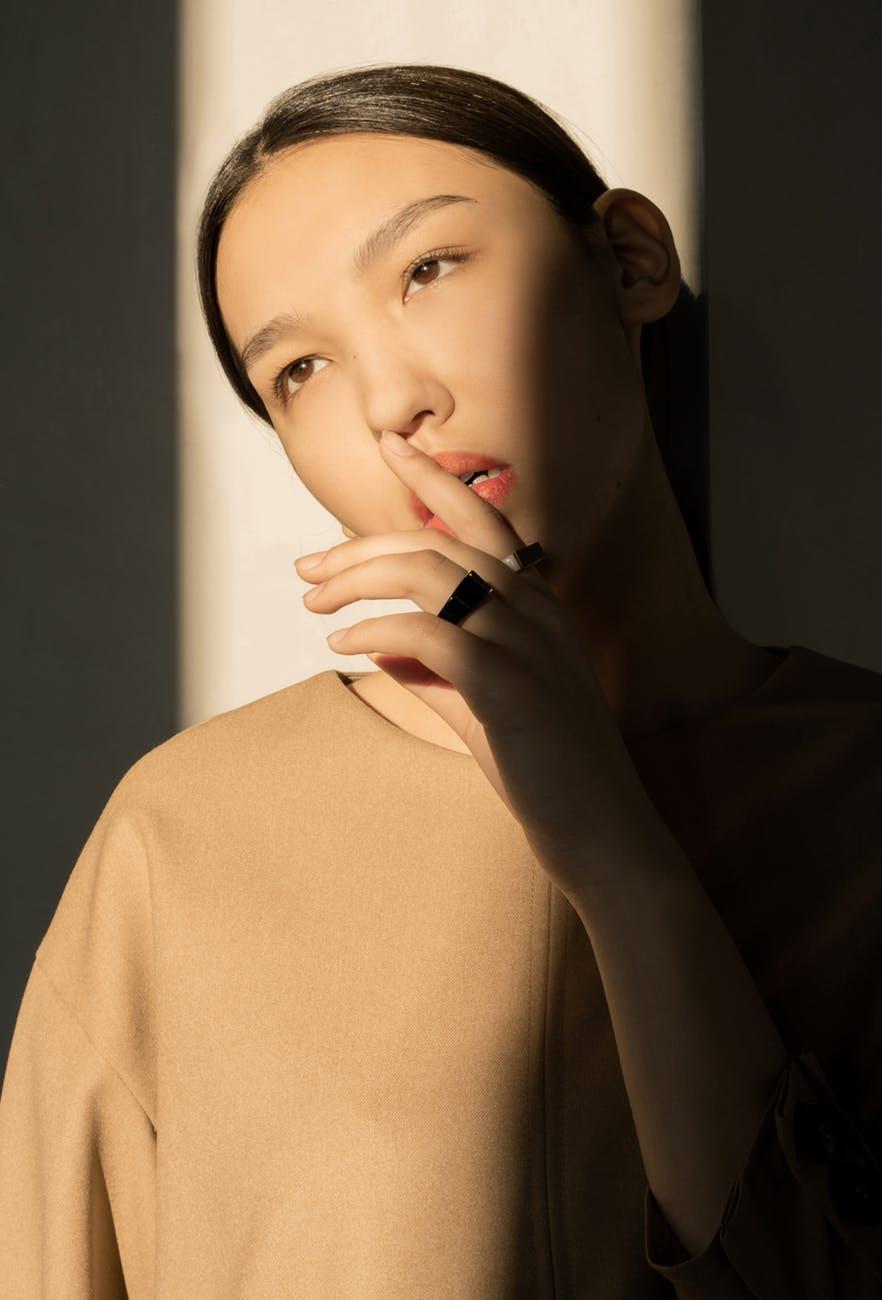 Cạo lông mặt-Cô gái đặt tay lên môi.