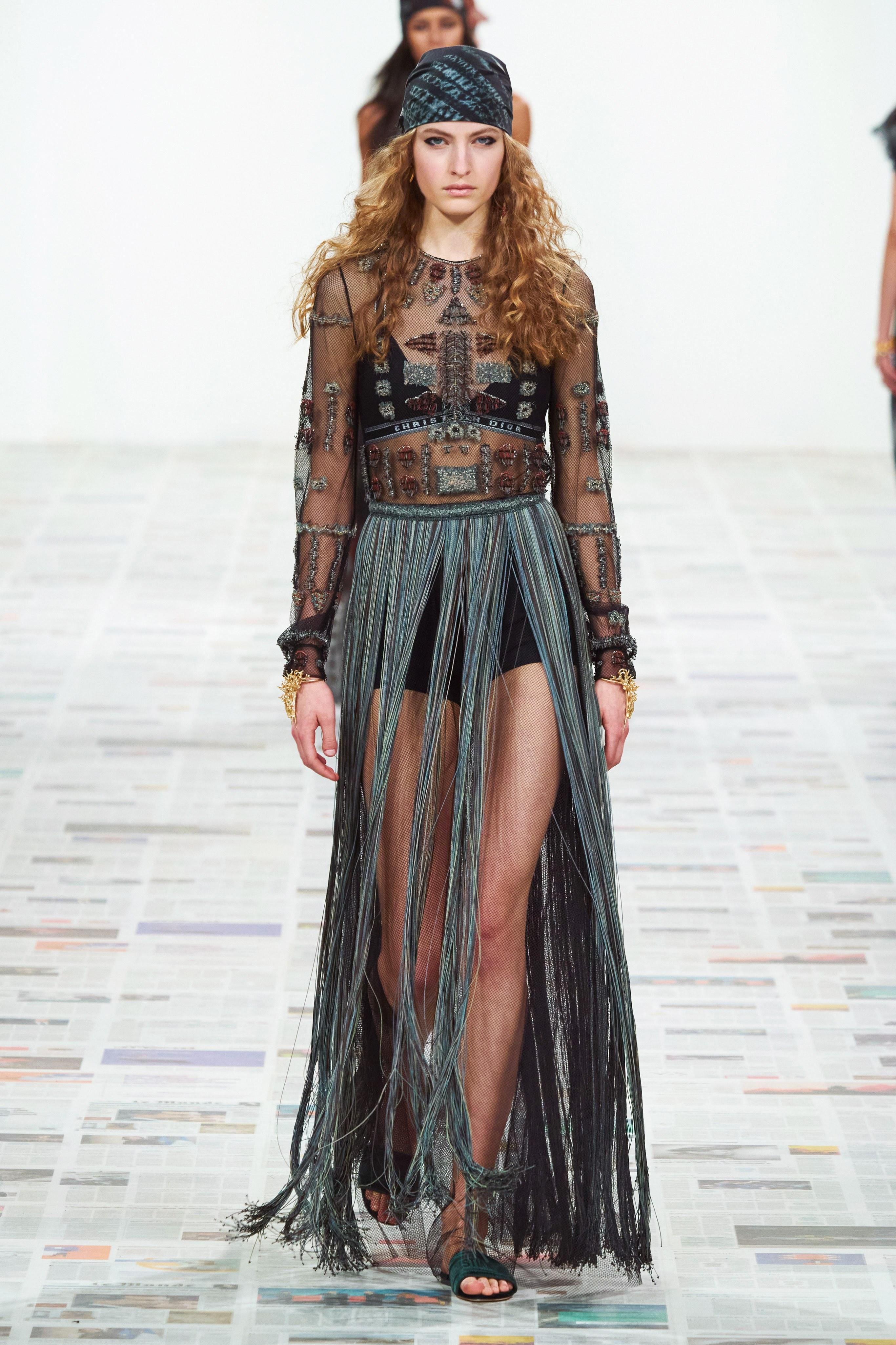 Trang phục đính tua rua từ BST Dior Thu - Đông 2020