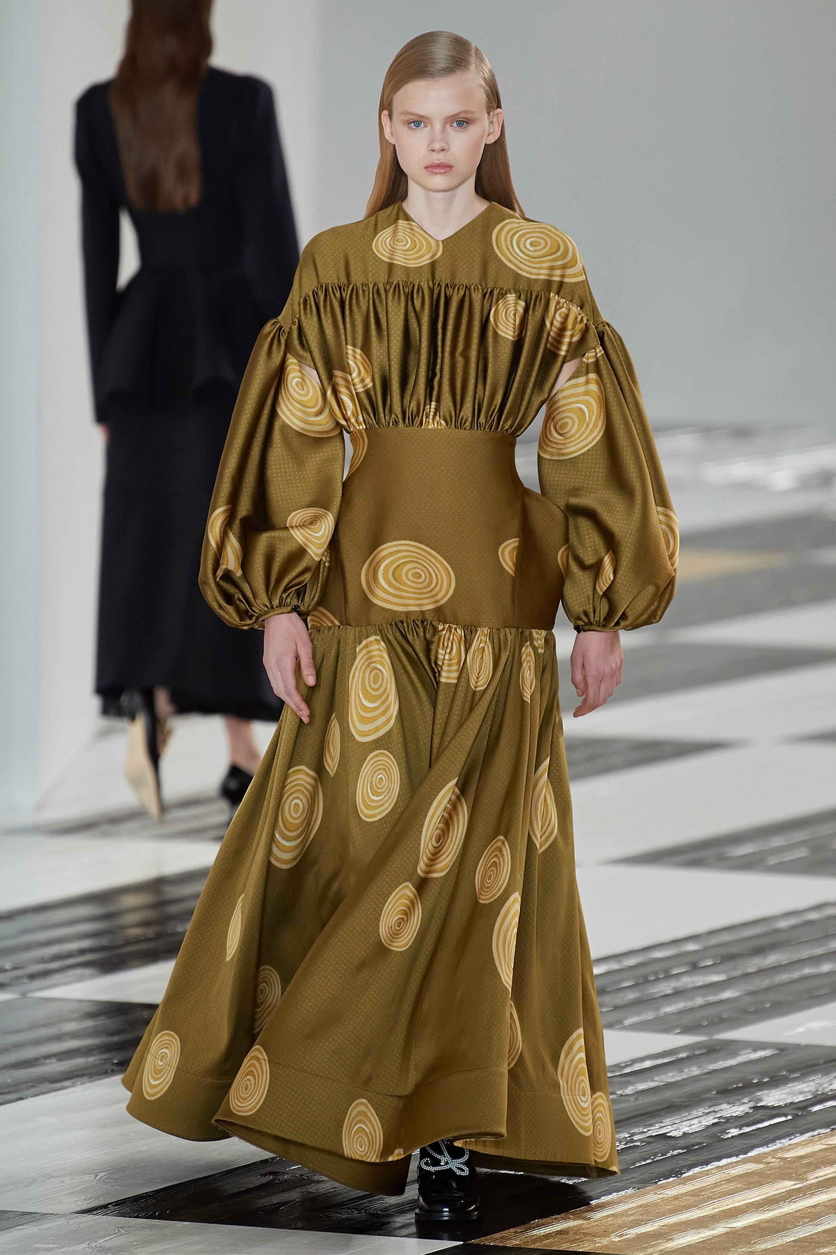 Thiết kế đầm tay phồng ấn tượng từ thương hiệu Loewe