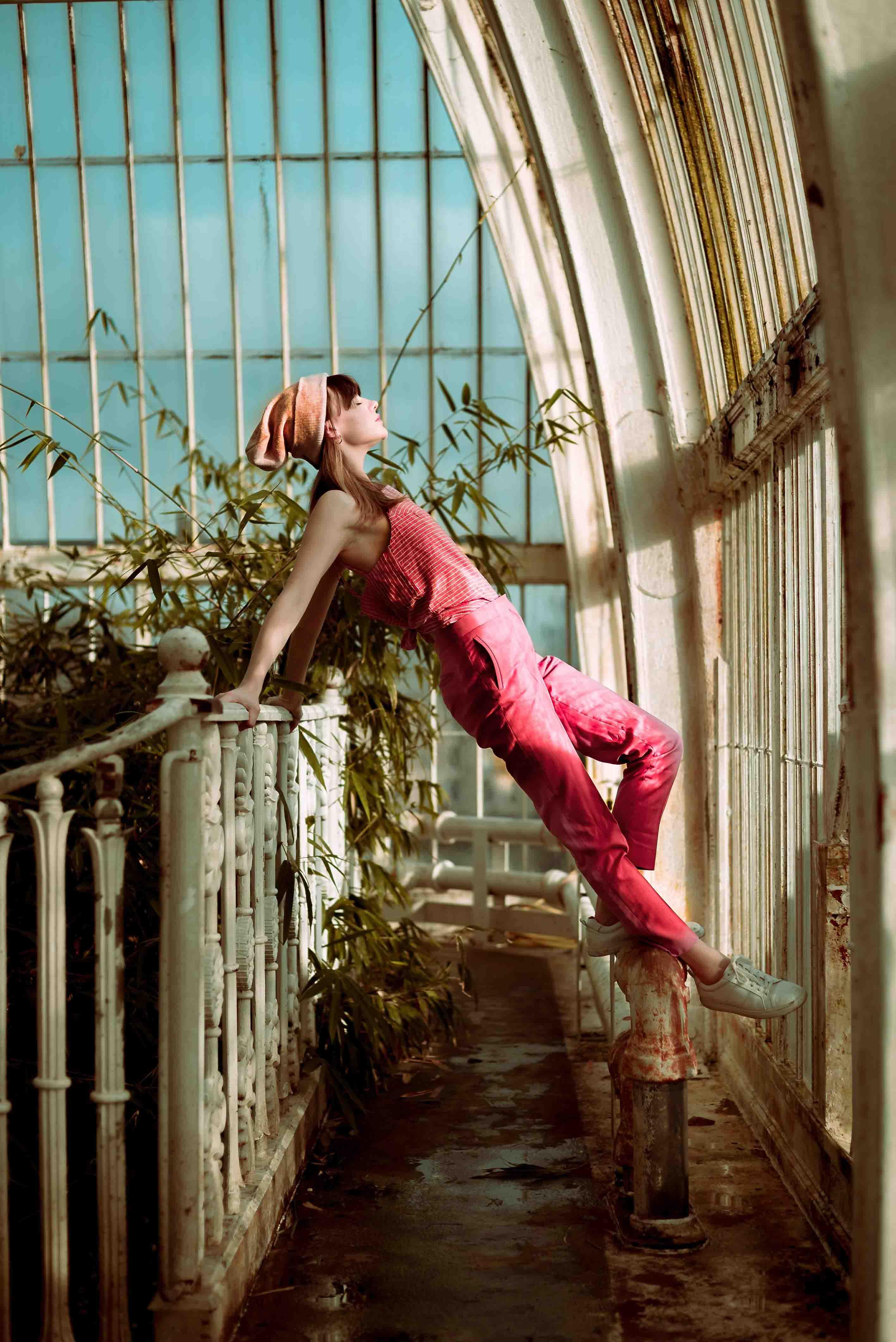 cô gái mặc yếm hồng