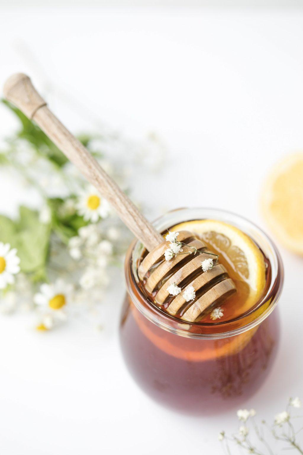 Trị thâm mụn-Ly chanh và mật ong.
