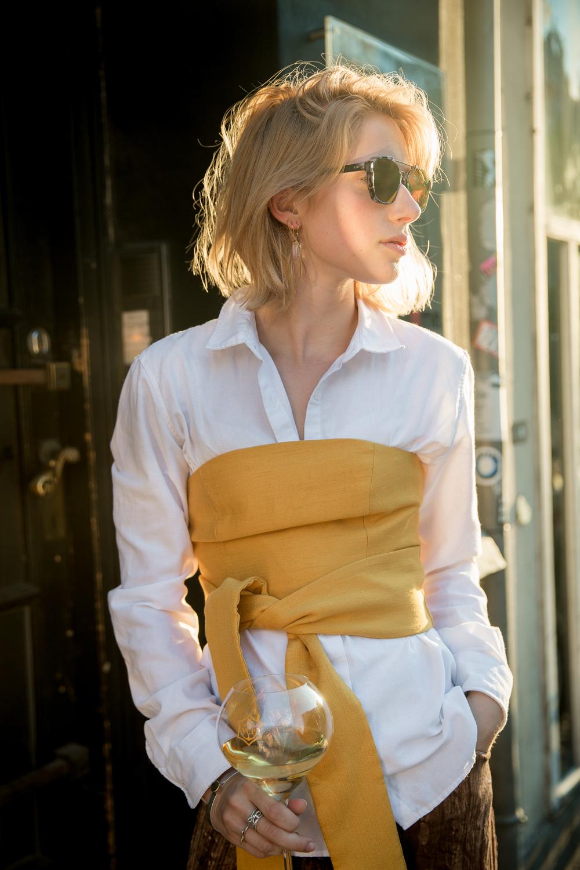 áo sơ mi trắng kết hợp cùng áo quây vàng