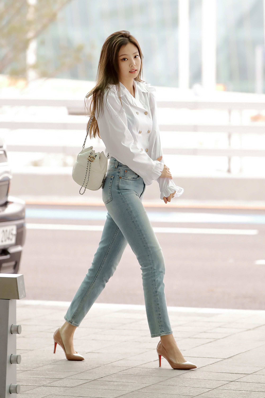 áo sơ mi trắng quần jeans jennie kim