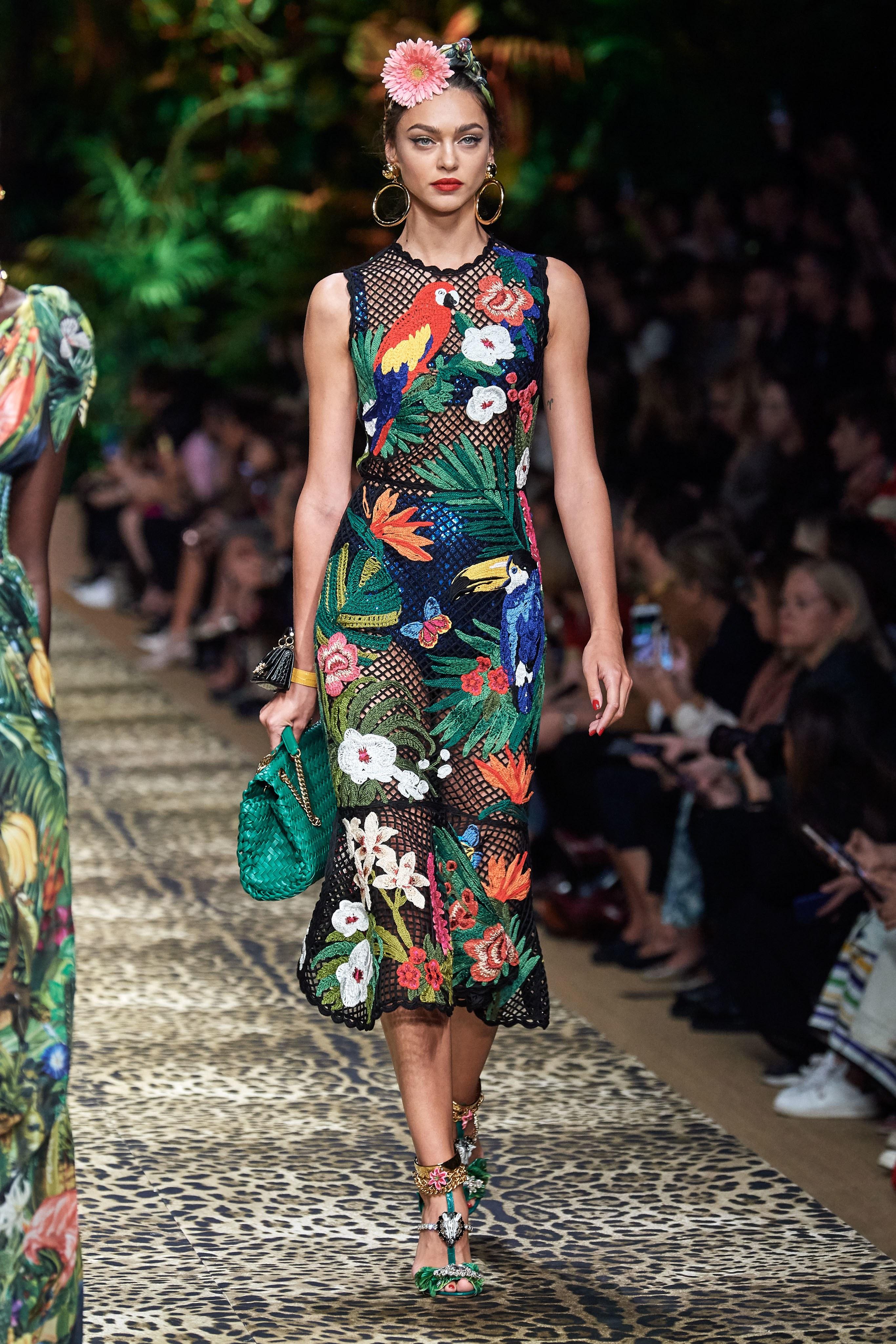 Thiết kế đan móc lấy cảm hứng nhiệt đới từ BST Xuân - Hè 2020 của Dolce & Gabbana