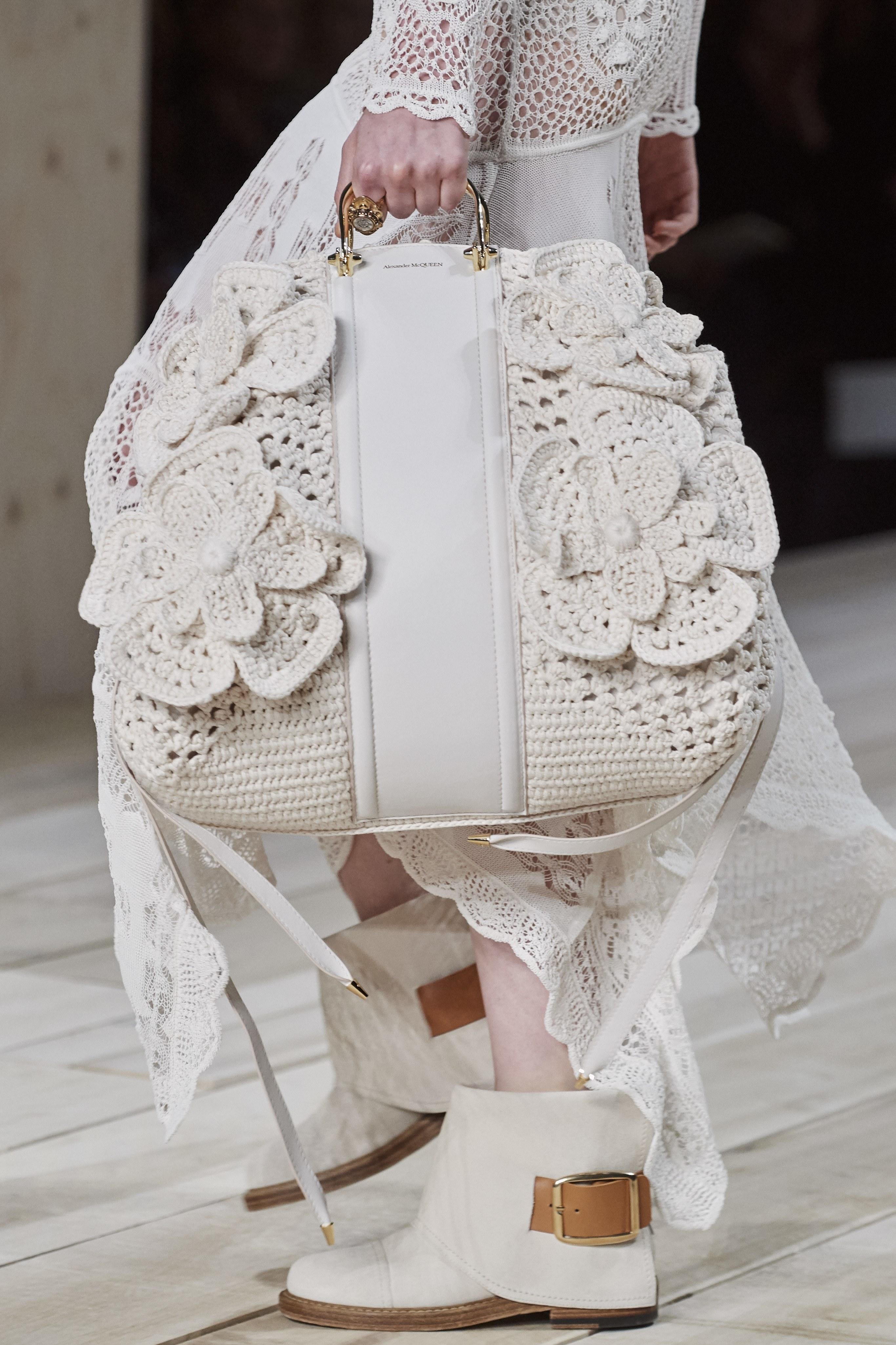 Túi đan móc cỡ đại trong BST Alexander McQueen Xuân - Hè 2020