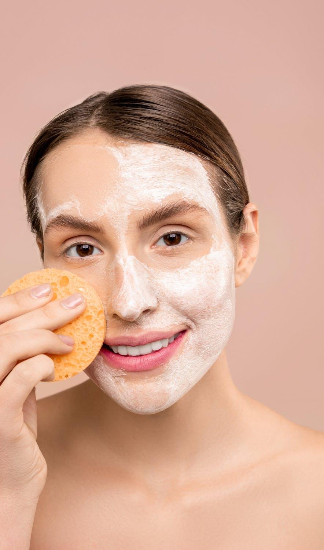 Chăm sóc da mỗi ngày cải thiện làn da kém sắc.