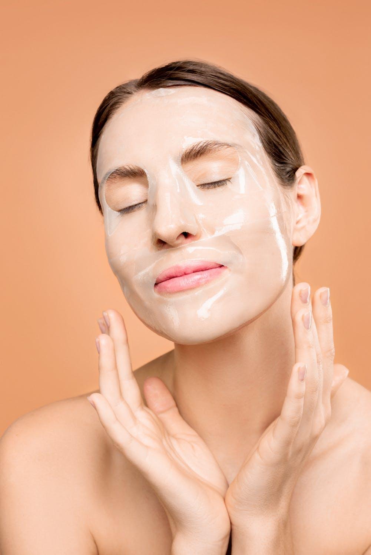 Mặt nạ giấy cấp ẩm dưỡng da.