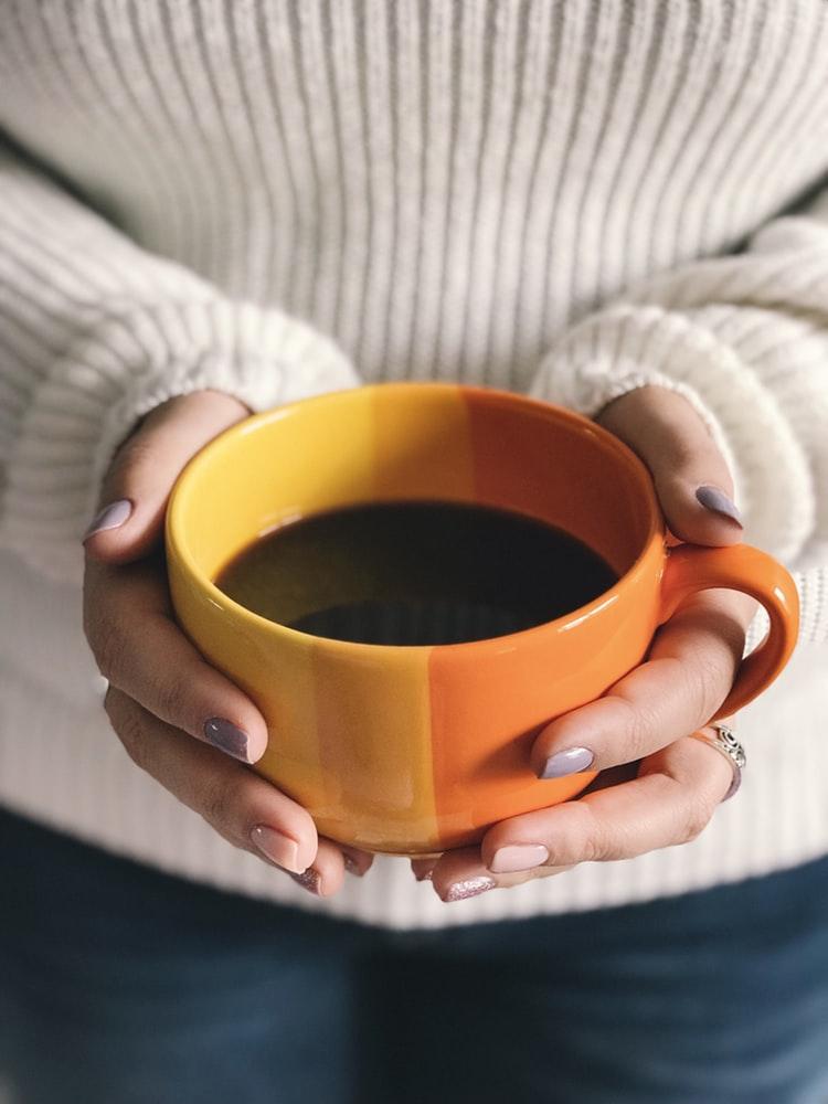 Hạn chế sử dụng các loại thức uống chứa cafein.