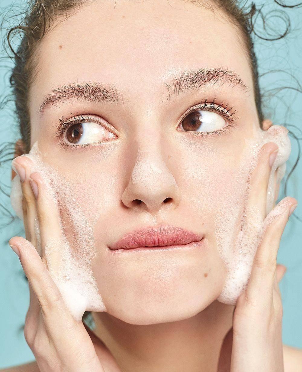 Rửa mặt đúng cách có dễ như bạn vẫn nghĩ? Ảnh: Sohu.