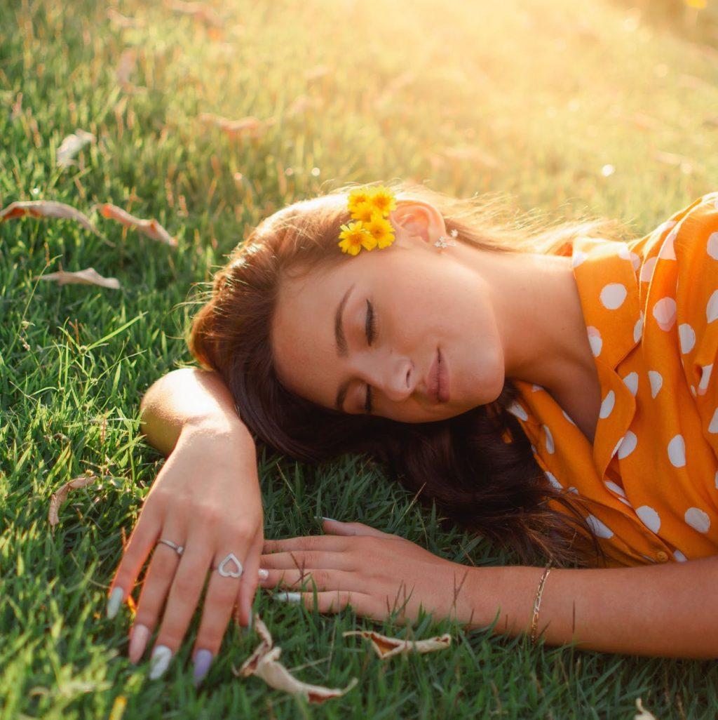 Vitamin E-Cô gái cài hoa lên tóc.