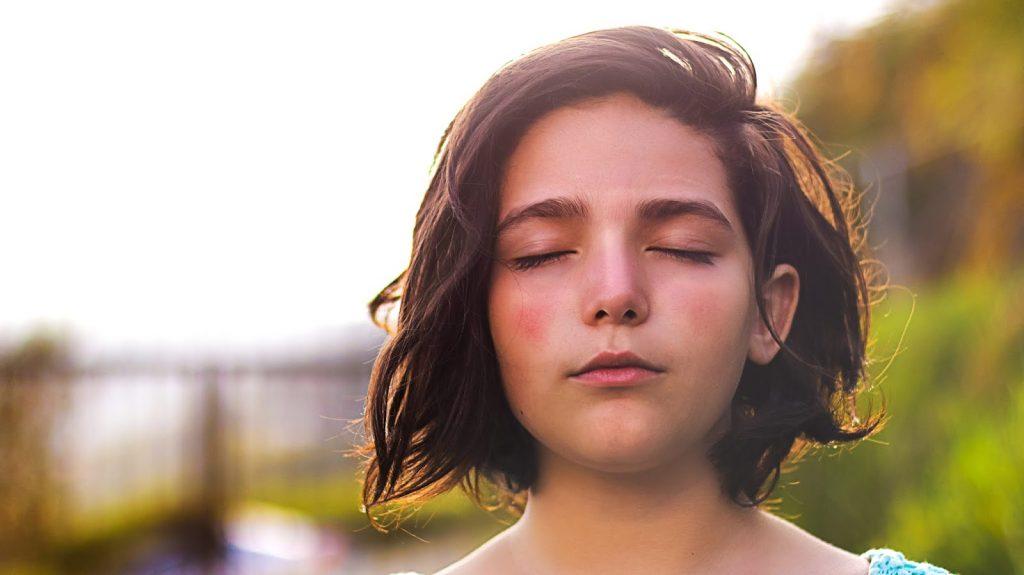 Vitamin E-Cô gái nhắm mắt.