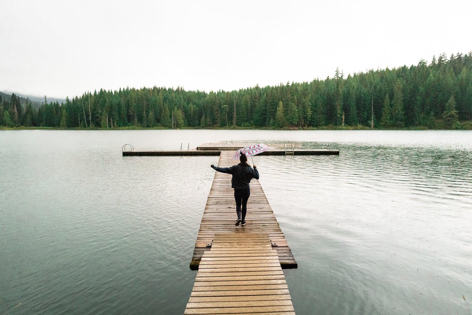 người phụ nữ đứng ở cầu
