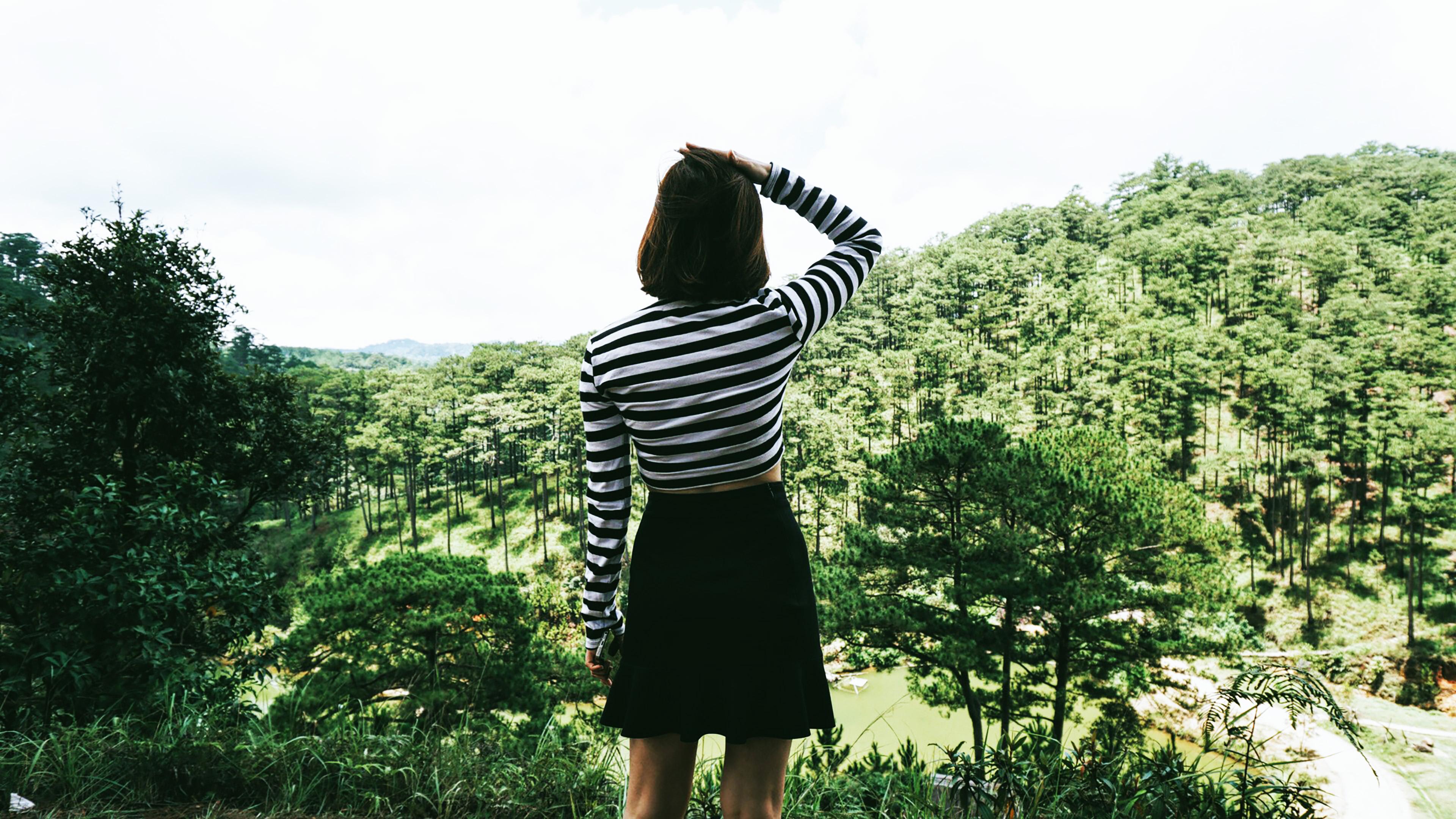 cô gái trong rừng dịch COVID-19