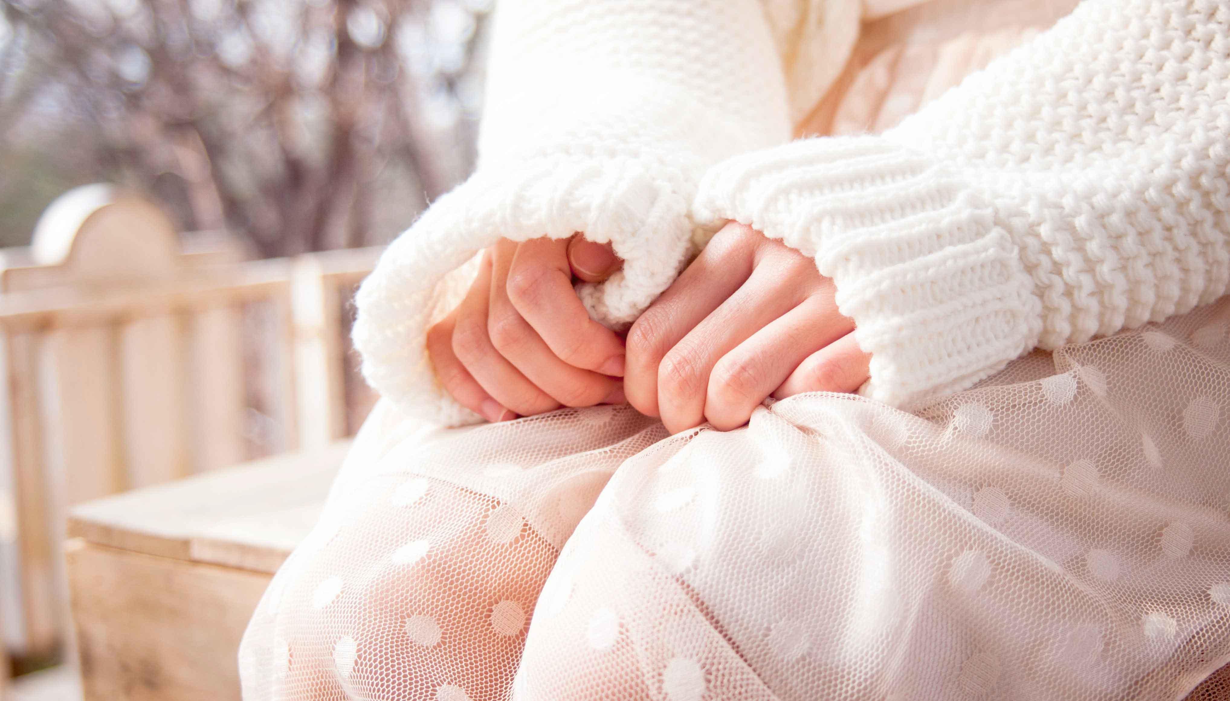 ban tay cô gái cầm váy