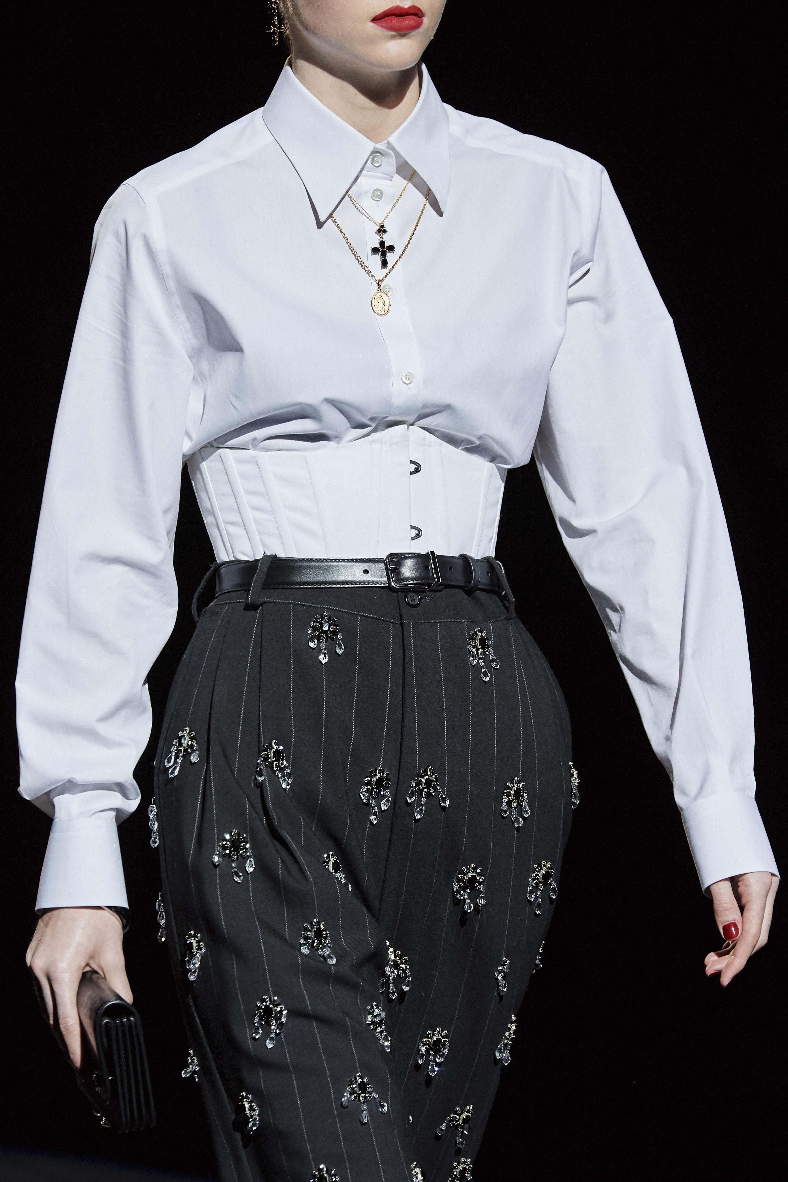 Cách phối đồ đẹp với quần âu kết cườm từ BST Dolce & Gabbana Thu - Đông 2020