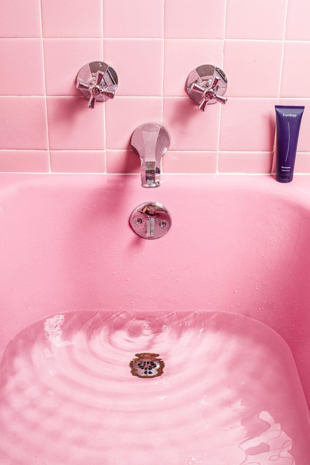 Corona-Bồn nước rửa tay màu hồng.