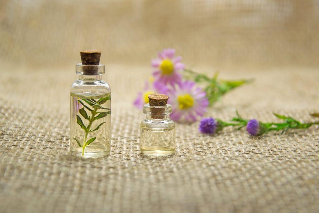 Tinh dầu trà cũng là cách trị mụn giúp mang lại làn da láng mịn.
