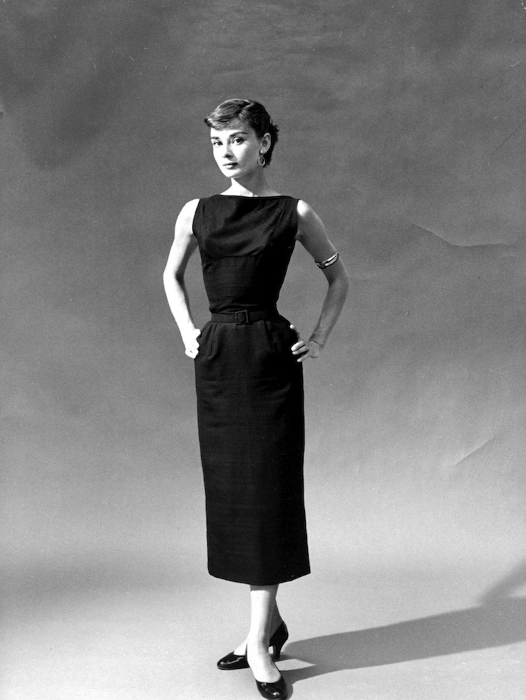 Nữ minh tinh Audrey Hepburn diện đầm bút chì năm 1950