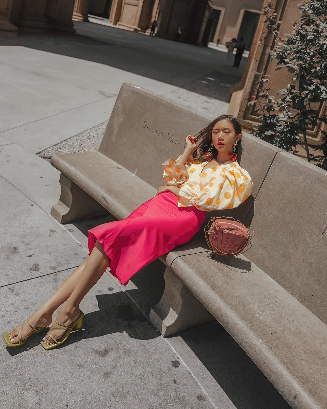 Cách phối màu quần áo rực rỡ mùa hè với hồng và vàng tươi