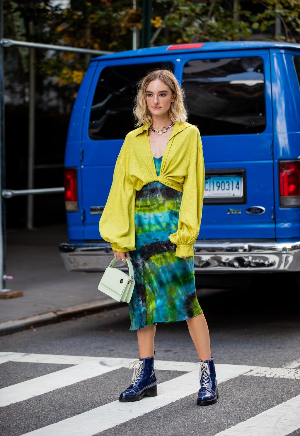 Cách phối màu quần áo tươi tắn ngày hè với vàng và xanh là cây