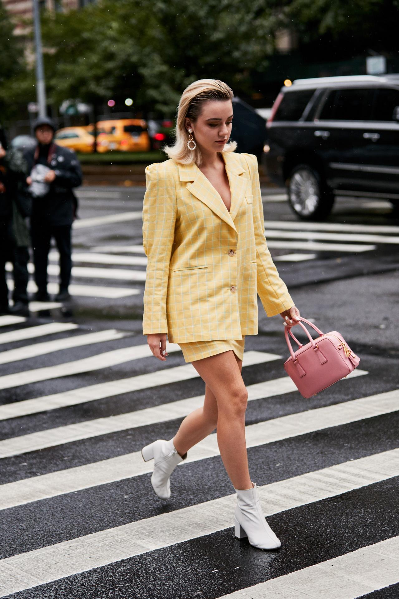 Street style mùa hè ngọt ngào với cách phối màu vàng và hồng