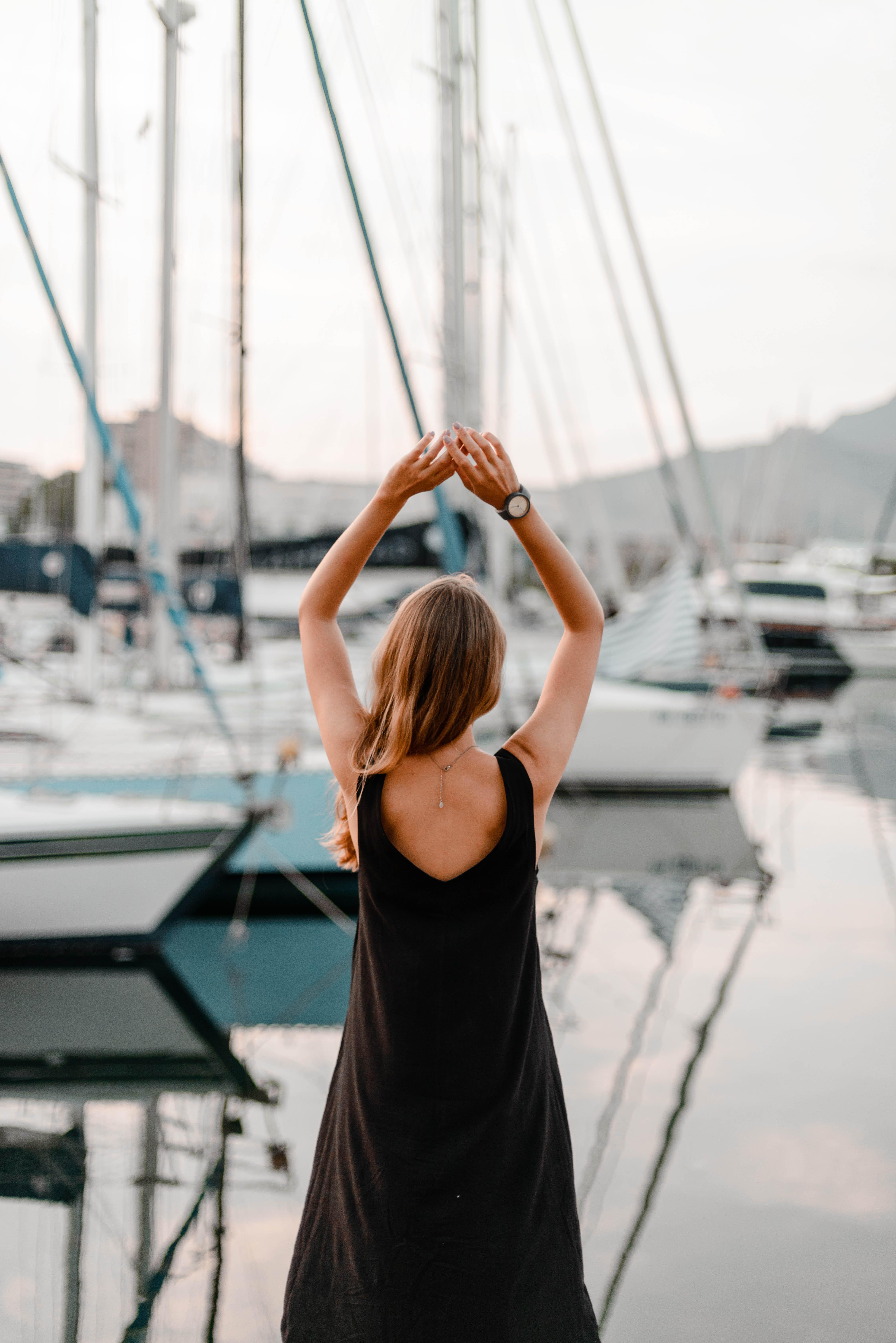 cô gái ở bến thuyền