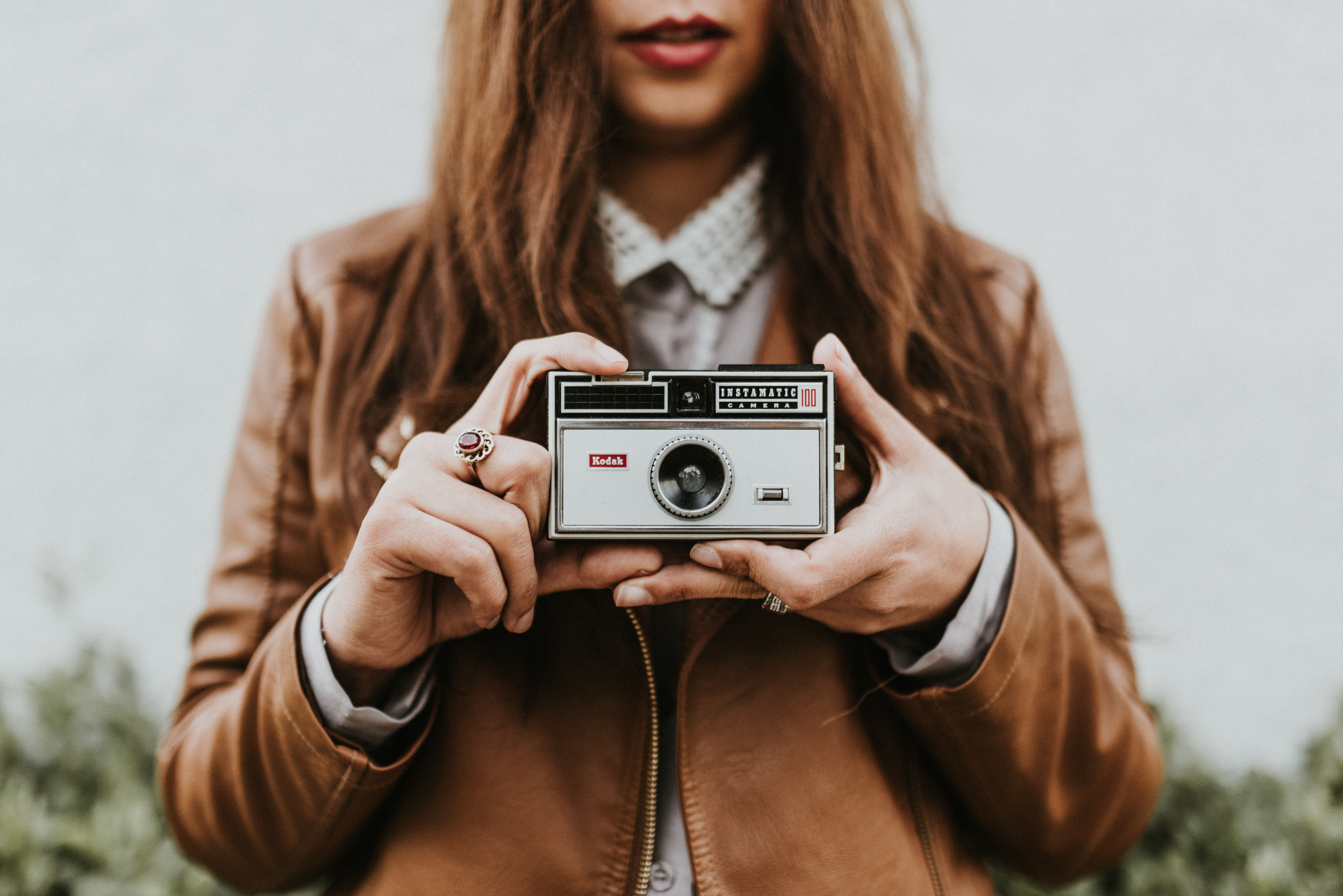 cô gái cầm máy ảnh