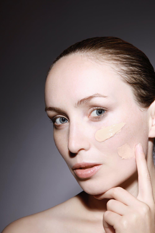 Chọn kem che khuyết điểm cho làn da dầu là bước quan trọng.