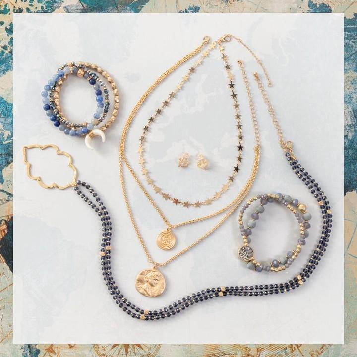 vòng cổ và vòng đeo tay khi mặc váy ren trắng