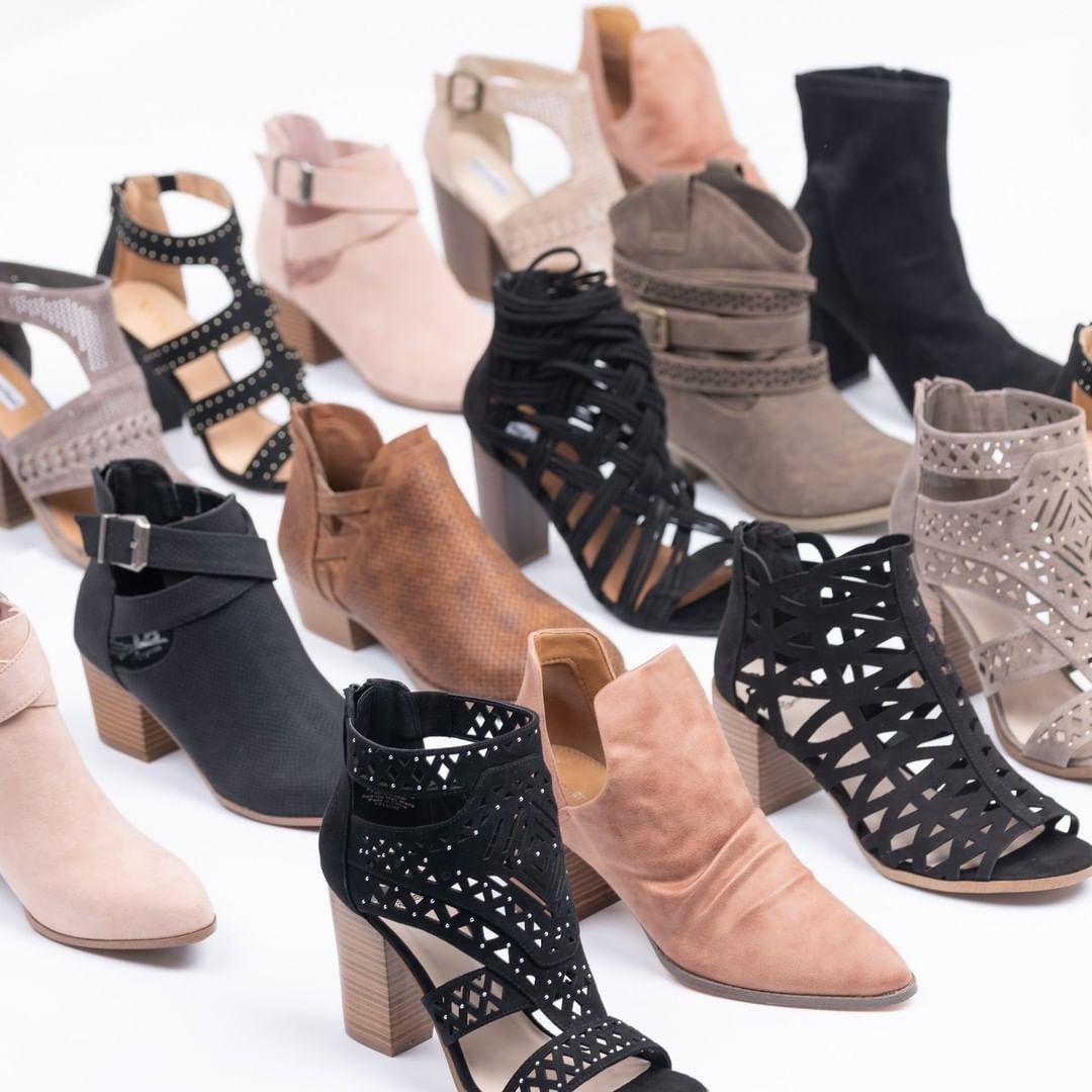 giày boots bằng da lộn khi mặc chân váy ren trắng