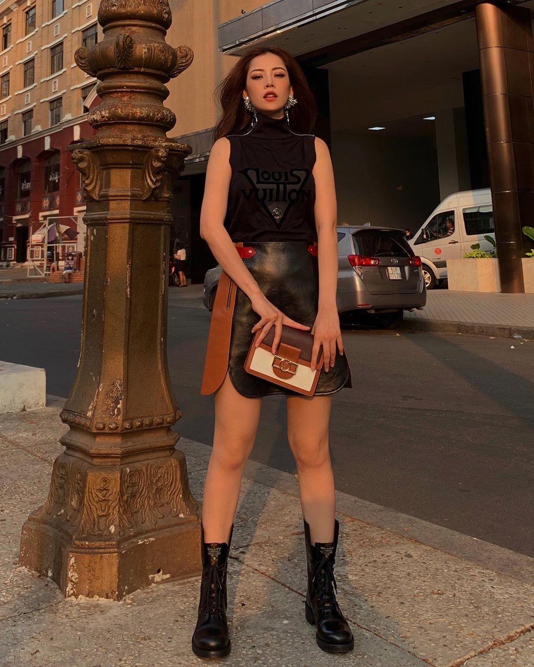 áo tank top đen chan váy da chi pu