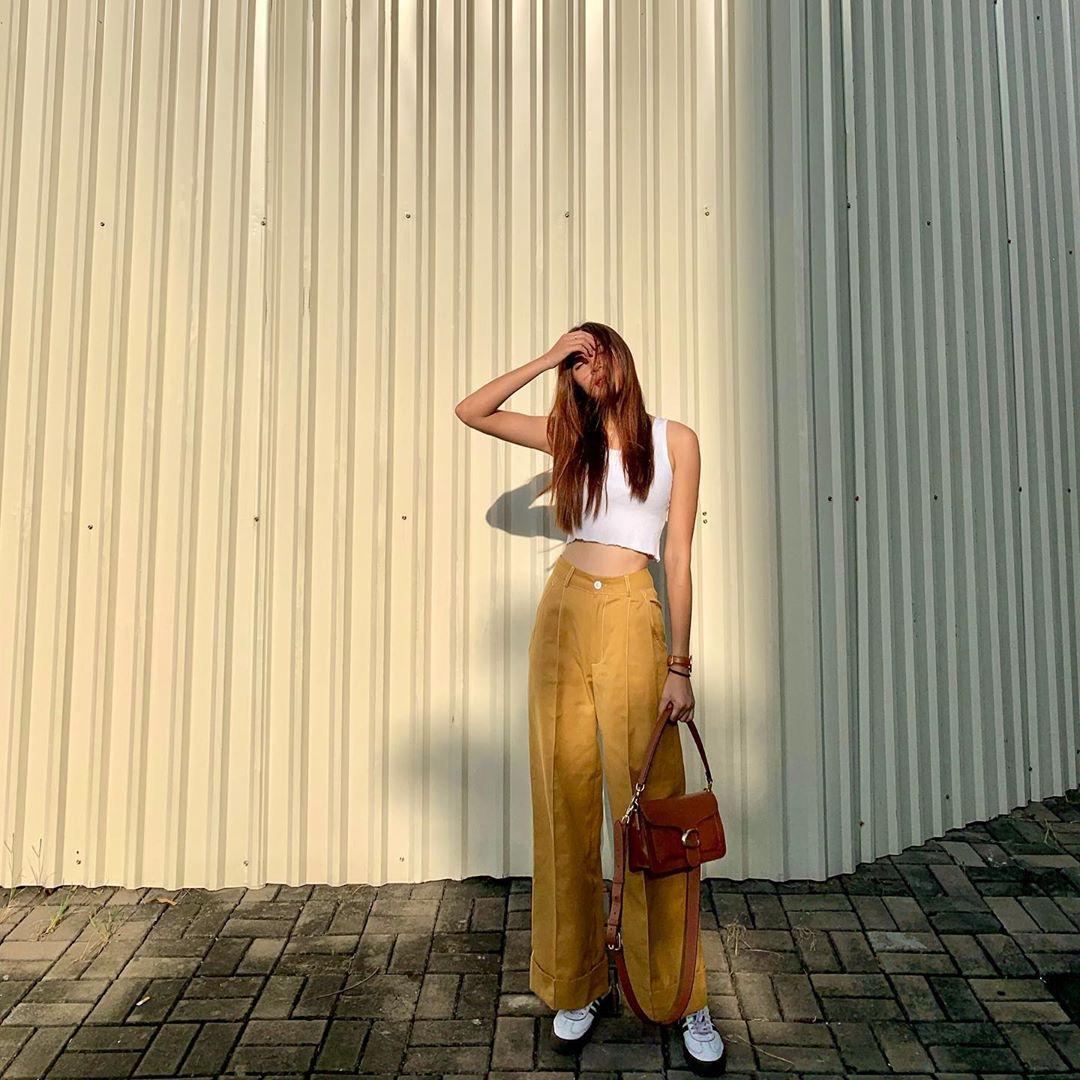 áo tank top trắng quần ống loe vàng đồng ánh quỳnh