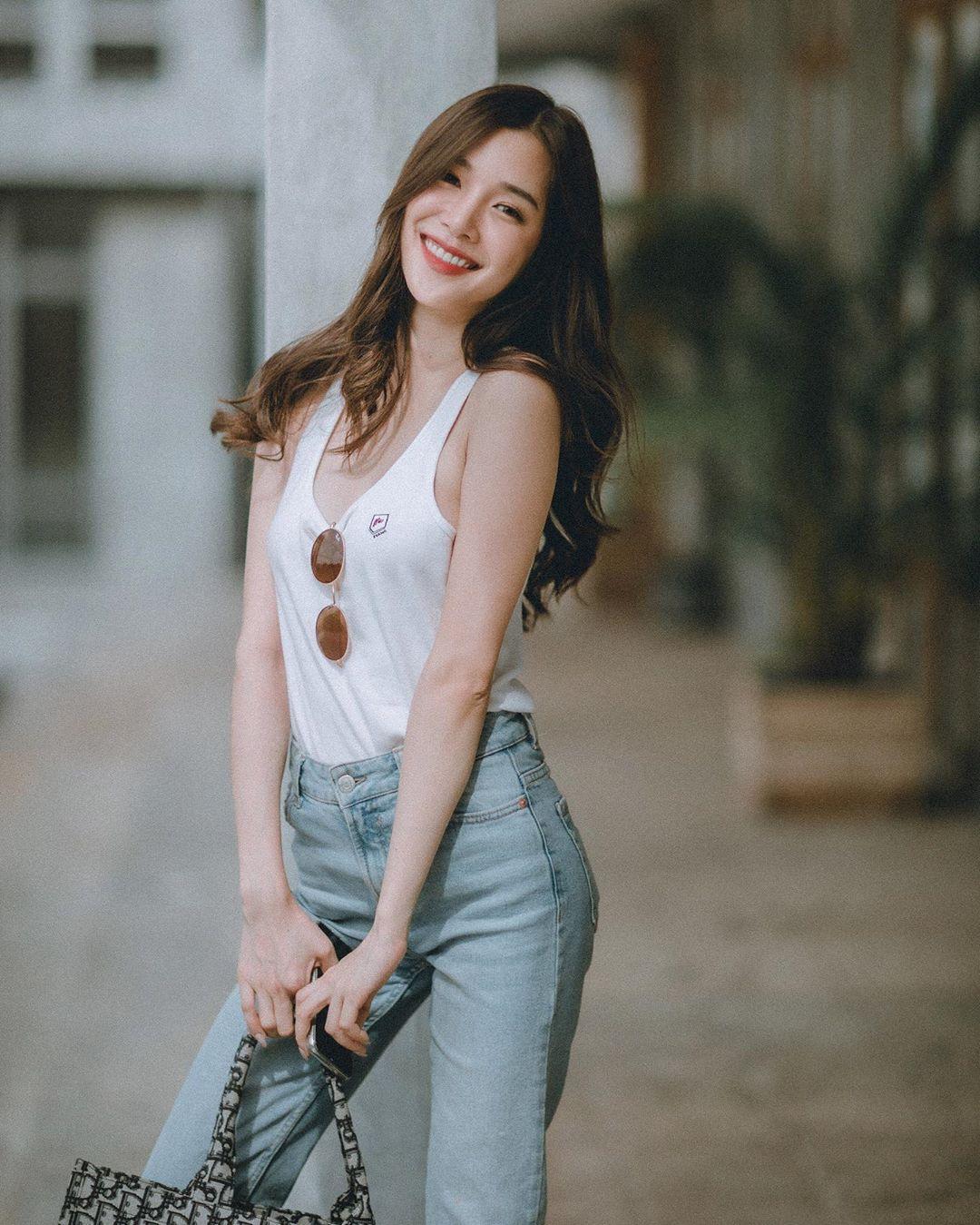 áo tank top trắng quần jeans